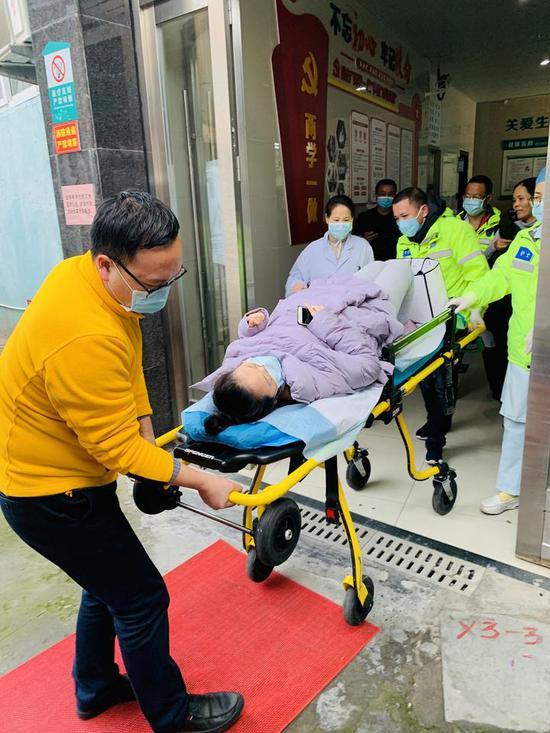 图为:张娴被送上救护车 玉环供图