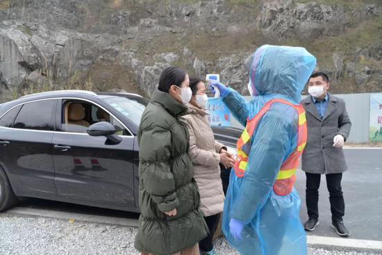 志愿者一行在卡口接受体温测量 金臻瑶 摄