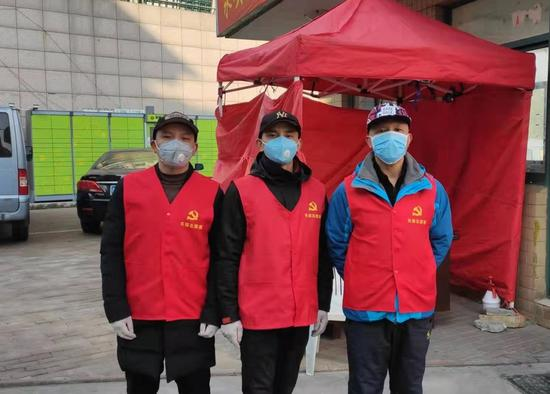 图为:防疫挺身出,志愿三兄弟  路桥区委宣传部提供
