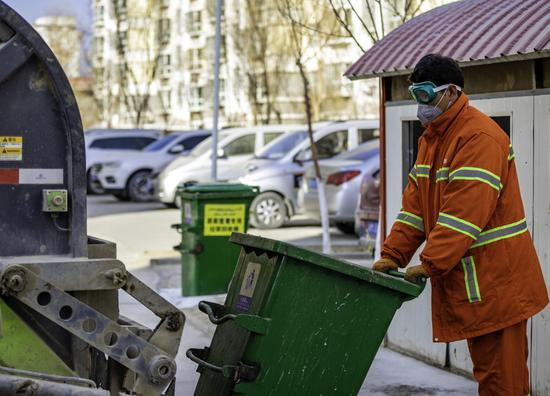 環衛工人正在清理垃圾。李飛攝