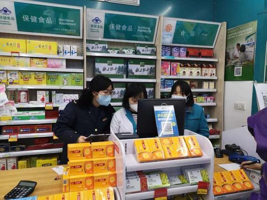 杭州市古荡市场监督管理所得工作人员在药店检查  杭州市市场监督管理局 供图