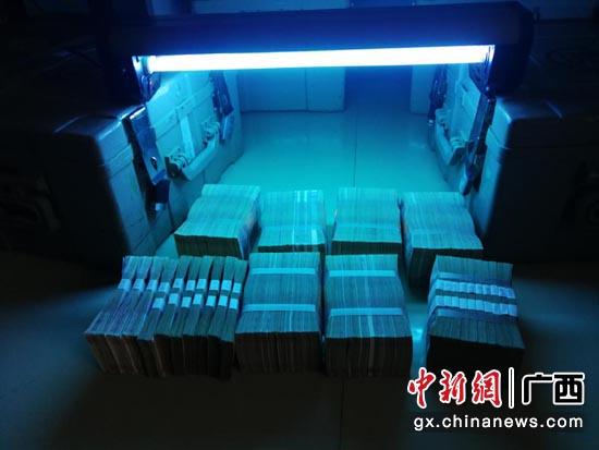 广西工行使用紫外线对回笼的现金进行消毒