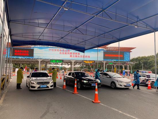 图为对车辆进行排查。浙江省交通集团供图