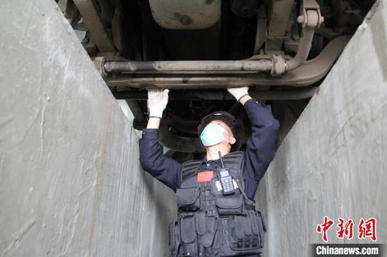 新疆吉木乃边检站民警正在快速检查运输防疫物资车辆。 李德华 摄