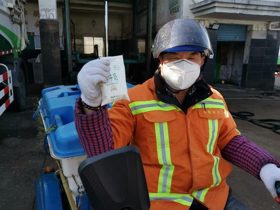 图为环卫工人和牛奶。 宁波市综合行政执法局提供