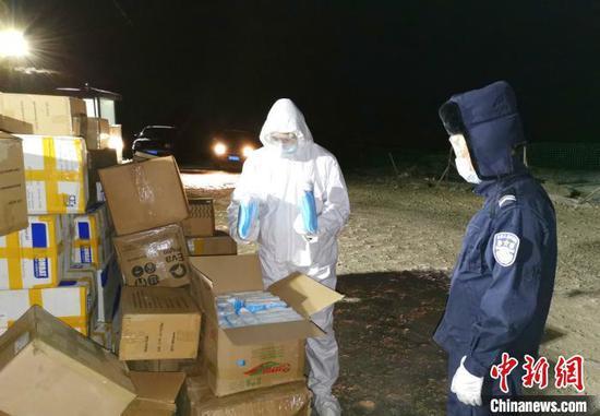 新疆吐尔尕特出入境边防检查站对满载医用口罩、防护服等共计30余万件防疫物资的吉尔吉斯斯坦籍货车进行入境检查。 马会兵 摄