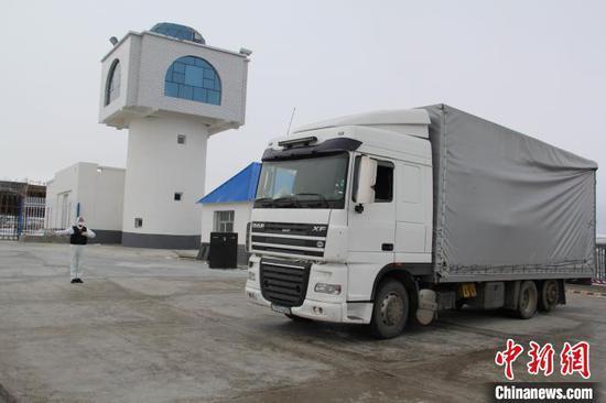 新疆吉木乃边检站民警正在引导防疫物资车辆快速通关。 李德华 摄