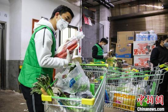 图为超市工作人员为顾客配货。 瞿宏伦 摄