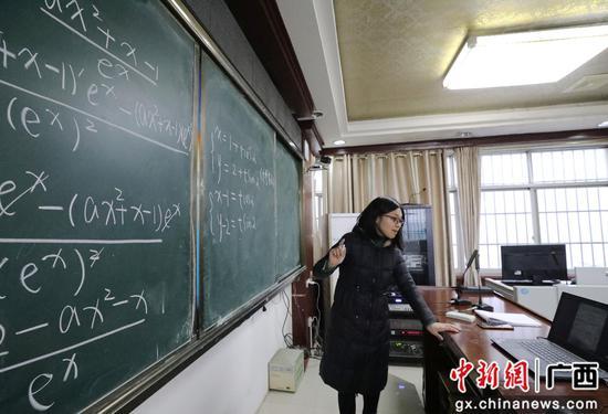融安縣第二中學,數學老師薛麗華在為高三(一)班的學生進行遠程輔導。韋榮軍 攝
