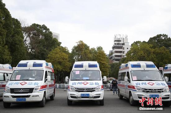 2月12日,贵州省派出12台救护车从贵阳出发,支援湖北鄂州新冠肺炎疫情防治工作。据悉,12台救护车分别从贵州贵阳、遵义等9市州医疗机构选派,共有2台负压救护车,10台救护车。同时,救护车也运载了一批当地急需的医用设备和药品。 中新社记者 瞿宏伦 摄