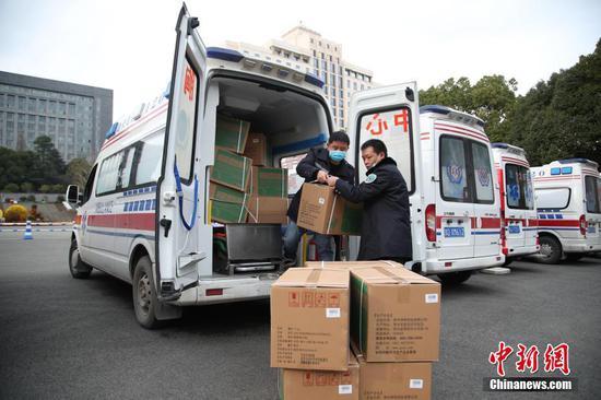 2月12日,医护人员在搬运药品。当日,贵州省派出12台救护车从贵阳出发,支援湖北鄂州新冠肺炎疫情防治工作。据悉,12台救护车分别从贵州贵阳、遵义等9市州的医疗机构选派,共有2台负压救护车,10台救护车。同时,救护车也运载了一批当地急需的医用设备和药品。 中新社记者 瞿宏伦 摄