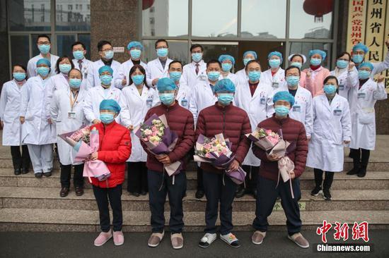 2月11日,贵阳,贵州省人民医院收治的4名新型冠状病毒感染的肺炎患者达到解除隔离治疗标准,同时出院。 中新社记者 瞿宏伦 摄