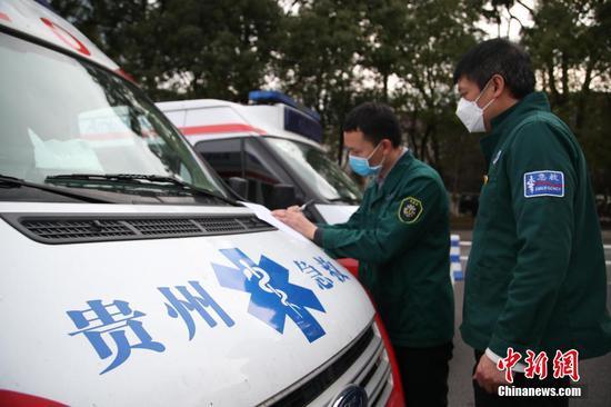 2月12日,救护车驾驶员在填写相关资料。当日,贵州省派出12台救护车从贵阳出发,支援湖北鄂州新冠肺炎疫情防治工作。据悉,12台救护车分别从贵州贵阳、遵义等9市州的医疗机构选派,共有2台负压救护车,10台救护车。同时,救护车也运载了一批当地急需的医用设备和药品。中新社记者 瞿宏伦 摄