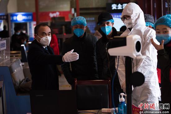 图为工作人员指导安装红外体温监测仪。李怀彬 摄