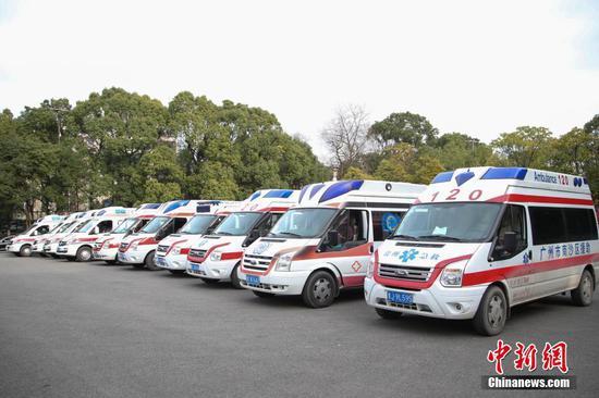 2月12日,贵州省派出12台救护车从贵阳出发,支援湖北鄂州新冠肺炎疫情防治工作。据悉,12台救护车分别从贵州贵阳、遵义等9市州的医疗机构选派,共有2台负压救护车,10台救护车。同时,救护车也运载了一批当地急需的医用设备和药品。 中新社记者 瞿宏伦 摄