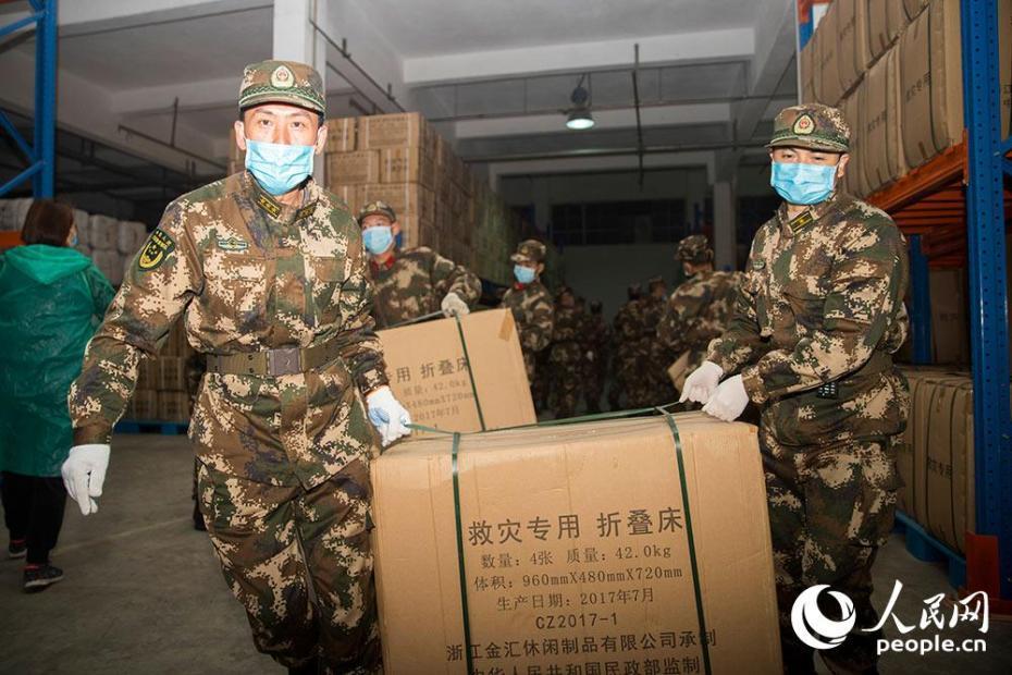 南寧:武警官兵緊急搬運300余噸疫情防控救援物資