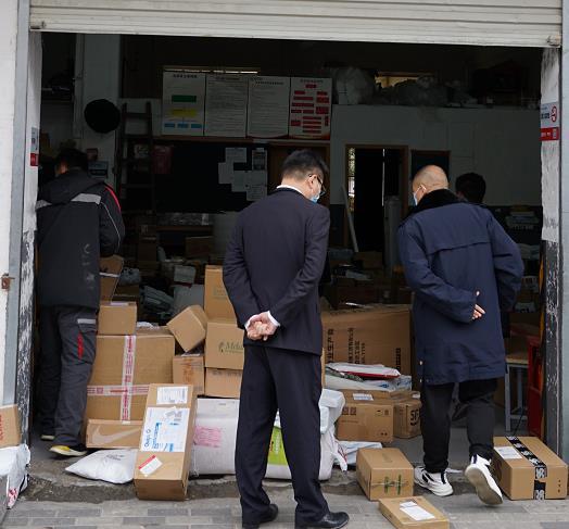 浙江市场监管人员在巡查。   供图