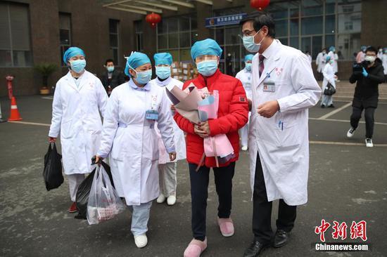2月11日,贵阳,主治医师给治愈者讲解相关须知。当日,贵州省人民医院收治的4名新型冠状病毒感染的肺炎患者达到解除隔离治疗标准,同时出院。 中新社记者 瞿宏伦 摄
