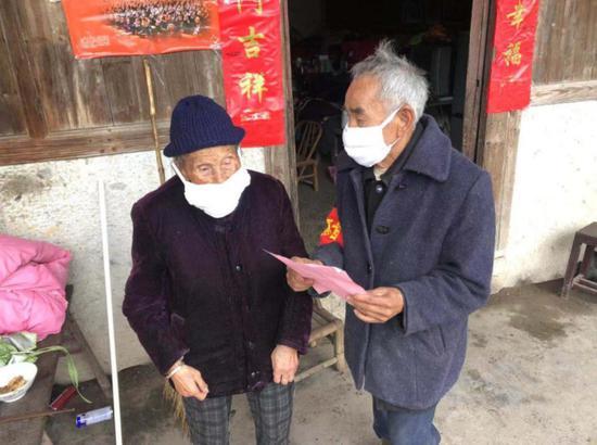 图为:92岁老党员和老人宣传健康防疫知识 仙居县委宣传部供图