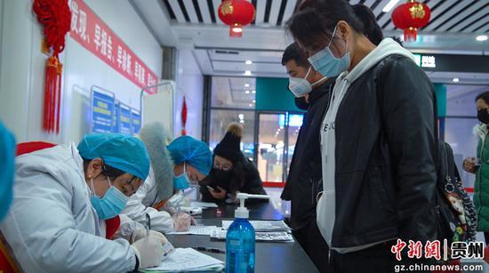 医务人员在登记乘客信息