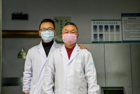 图为:张金荣和张晨晓父子在医院合影 仙居县委宣传部供图