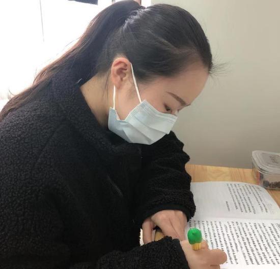 金温铁道乘务员易翠柳给父母写信。浙江省交通集团供图