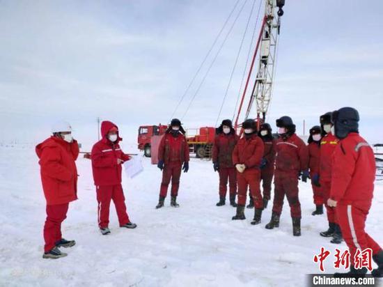 吉庆油田作业区JD3540井小修作业现场,井架耸立,机器的轰鸣。 新疆油田供图