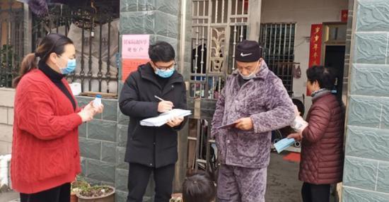 图为:尹俊琨在入户登记(左二) 仙居县委宣传部供图