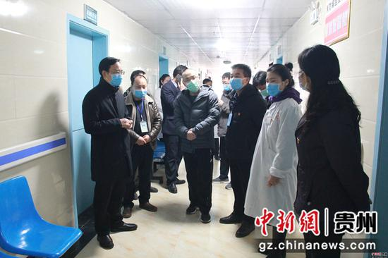 雷山县委书记黄清发(左一)到医院督导疫情防控工作