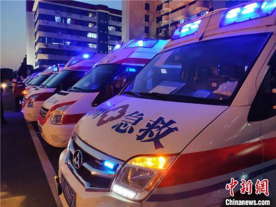 图为救护车到达鄂州。 石小杰 摄