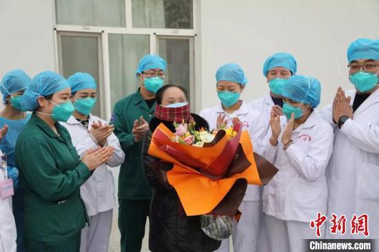 医患并肩战斗16天 新疆阿克苏首例新冠肺炎患者出院