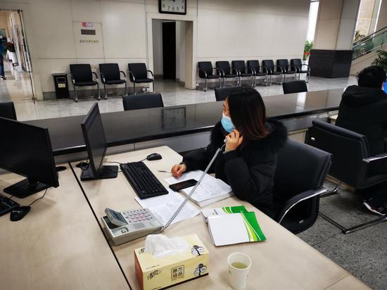 工作人员拨打电话通知企业领取补助。  余杭提供