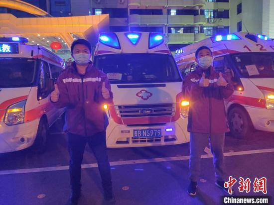 """图为救护车驾驶员为鄂州""""点赞""""。 石小杰 摄"""