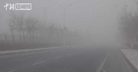 新疆南部小城遭沙尘袭击 能见度骤降