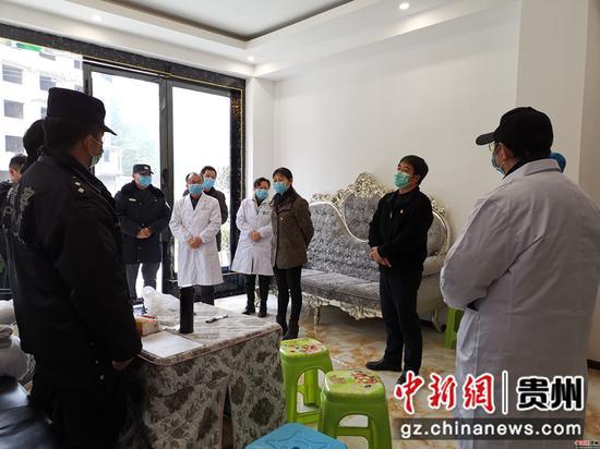 雷山县委副书记、县长袁刚(右二)到隔离酒店督导疫情防控工作