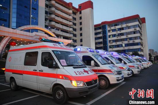 图为12台救护车。 石小杰 摄