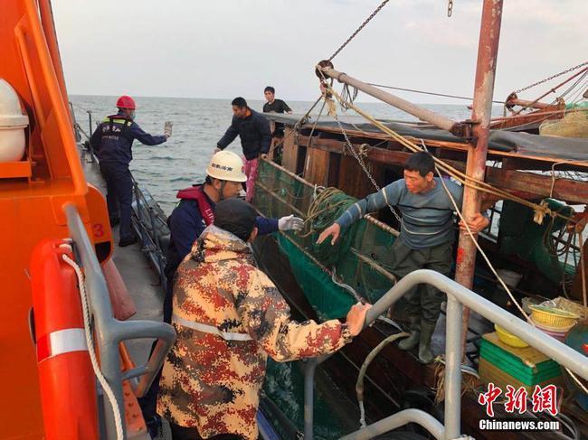 北海3渔船突遭暴风雨及冰雹 4人遇险1人遇难