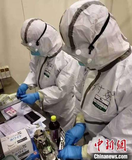 """医疗队的特殊防护服 """"带上""""新疆美食来解馋"""