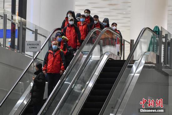 2月16日晚,贵州省第六批医疗队141名医护人员抵达武汉天河机场,将转乘大巴车赴湖北鄂州开展新型冠状病毒感染的肺炎救治工作。截至目前,贵州省共派出909人到湖北全力开展医疗救治工作,其中医疗队6批892人、防疫分队1批17人。 中新社记者 石小杰 摄