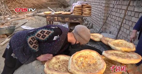 新疆库尔勒逾500家农户每天做3万个馕降价供应市场