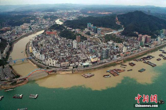 广西梧州鸳鸯江现奇特景观