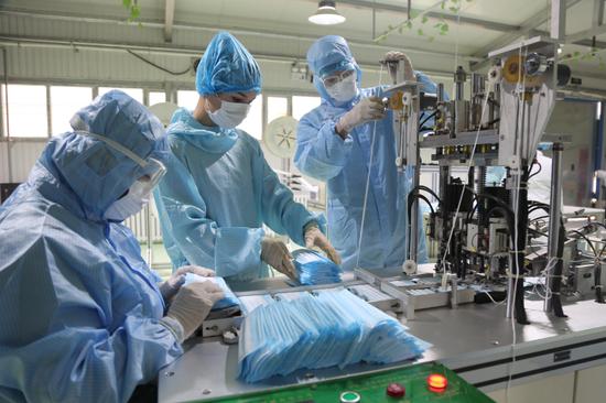 新疆輪臺縣兩條口罩生產線投產運營 日均產20萬只