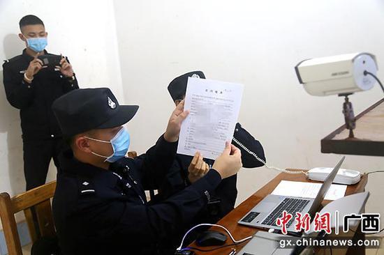 向犯罪嫌疑人出示法律文書。