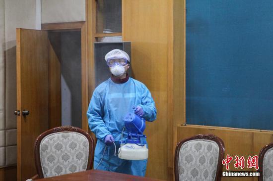 工作人员正在用消杀设备消毒。石小杰 摄
