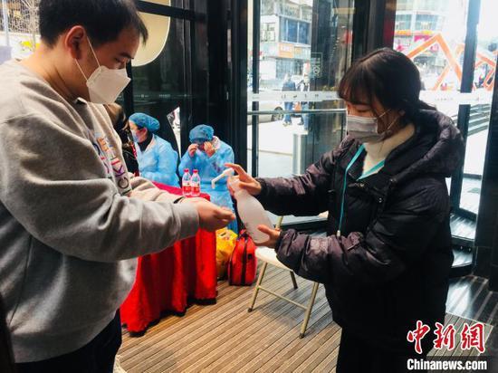 """贵阳商业经营场所""""解封"""" 市民:对生活逐步恢复充满信心"""