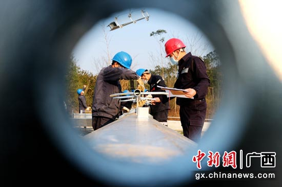 在南方电网广西柳州供电局110千伏凉亭(江口)送变电工程施工现场,工作人员在采取了严格的防疫和安全措施后,分组对钢管塔实施组装。邹振远 摄