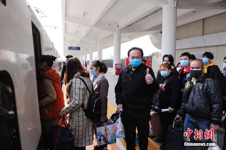 广西首趟定制复工专列开往广东