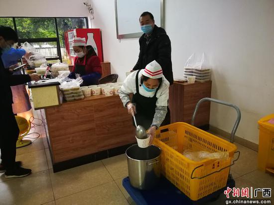 柳州铁道职业技术学院在元宵节给同学们赠送汤圆。