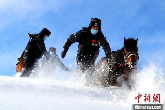 新疆伊吾縣普降大雪 民警零下27℃騎馬踏雪巡邊