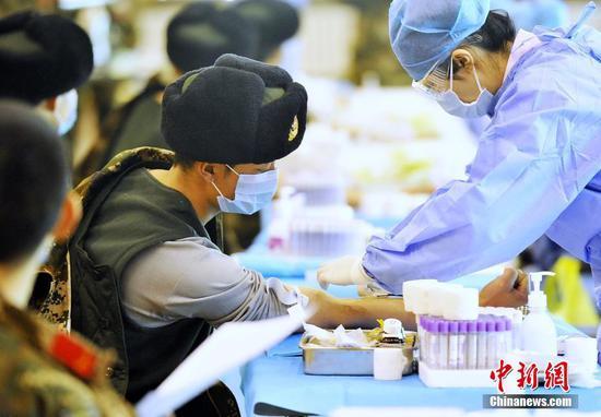 新疆350名武警官兵献血7万毫升